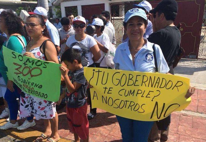 Los manifestantes llevaban pancartas. (Harold Alcocer/SIPSE)