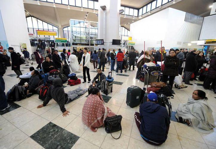 Viajeros esperan en el Aeropuerto Internacional de Newark en Nueva Jersey, Nueva York. (EFE)