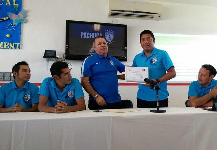 Roberto Aguilar Echeverría, director de la organización Tuzos Mérida, dio a conocer que la filial está trabajando con dos equipos de las categorías de semillas e infantil. En la foto, directivos del club y el complejo deportivo durante el anuncio deportivo.(Milenio Novedades)