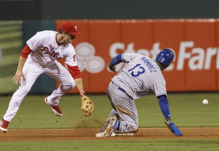 El angelino Hanley Ramirez se roba la segunda base frente a Chase Utley, de los Filis. (Agencias)