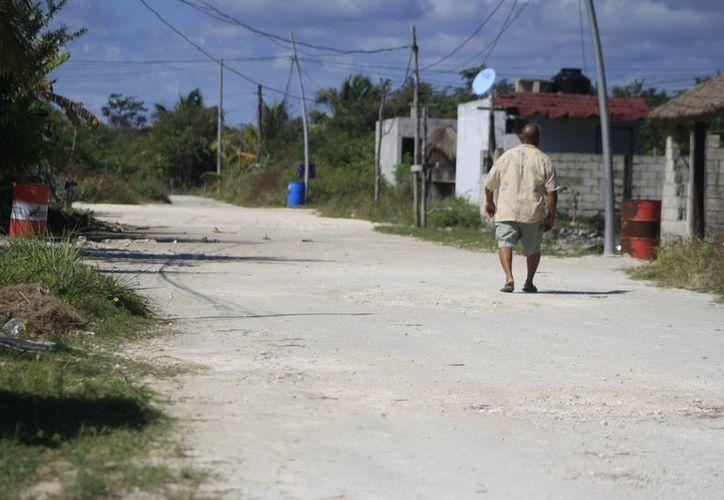 Existen siete kilómetros de la vía costera que necesitan urgente remozamiento en Mahahual para este año. (Harold Alcocer/SIPSE)
