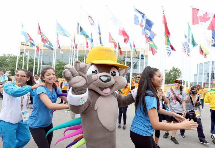 Pachi, un puercoespín que es la mascota oficial de los Juegos Panamericanos, convivió este miércoles con atletas. (Fotos: Notimex)