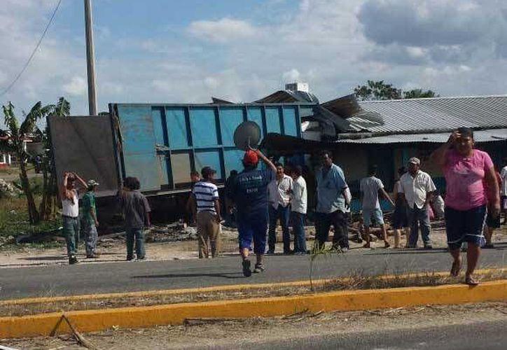 El conductor del camión tipo Torton color azul perdió el control cuando circulaba en el tramo carretero Allende-Ucum. (Redacción/SIPSE)