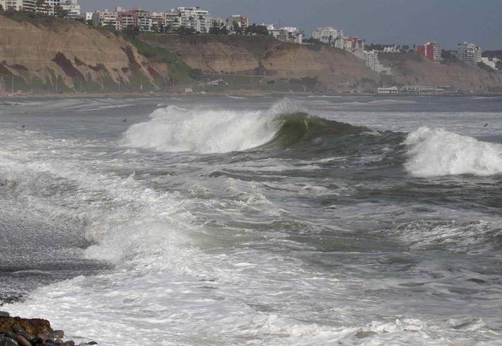 Las playas de la costa peruana registraron un inusual aumento en la altura de las olas, que normalmente alcanzan hasta dos metros. (EFE)
