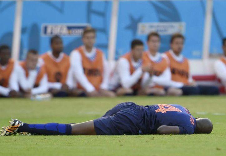 Martins quedó tirado tras estrellarse con Tim Cahill. (EFE)
