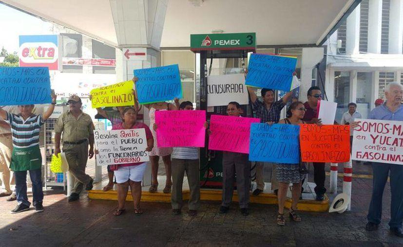Imagen de los manifestantes en la estación de gasolina ubicada en la calle 47 por 58, en el Centro histórico de Mérida. (Ana Hernández/Milenio Novedades)