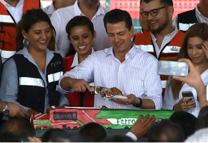 El presidente de México, Enrique Peña Nieto, cortó un pastel en la inauguración del túnel ferroviario de Manzanillo, con motivo de su cumpleaños número 52. (Milenio.com)