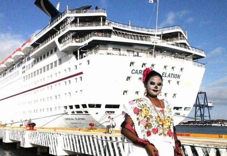 'Ánimas' yucatecas y un altar de Hanal Pixán recibieron esta mañana a turistas del Carnival Elation. (Óscar Pérez/SIPSE)