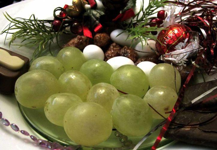 Las doce uvas a la media noche es el acto con el que miles de familias de todo el mundo piden deseos para el año que comienza. (nocturnar.com)