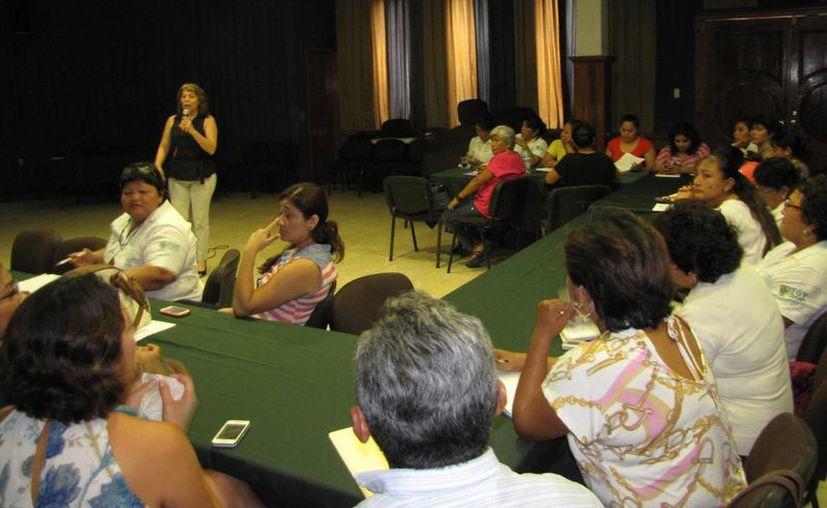 En Yucatán funcionan 12 centro de atención a la mujer. La imagen es de una plática del IEGY en Umán. (SIPSE)