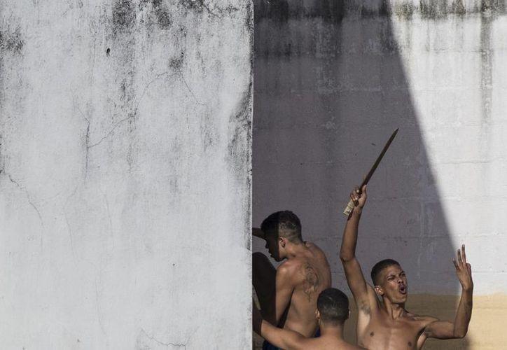 Un preso muestra un cuchillo improvisado poco después de que la policía saliera de la prisión en el penal de Nisia Floresta, cerca de Natal, Brasil. (AP/Felipe Dana)