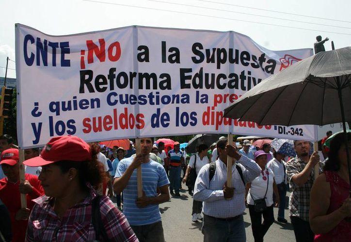 Integrantes de la Coordinadora Nacional de Trabajadores de la Educación (CNTE) planean impedir el acceso al Aeropuerto Internacional de la Ciudad de México. (Imagen de contexto/chiapasparalelo.com)