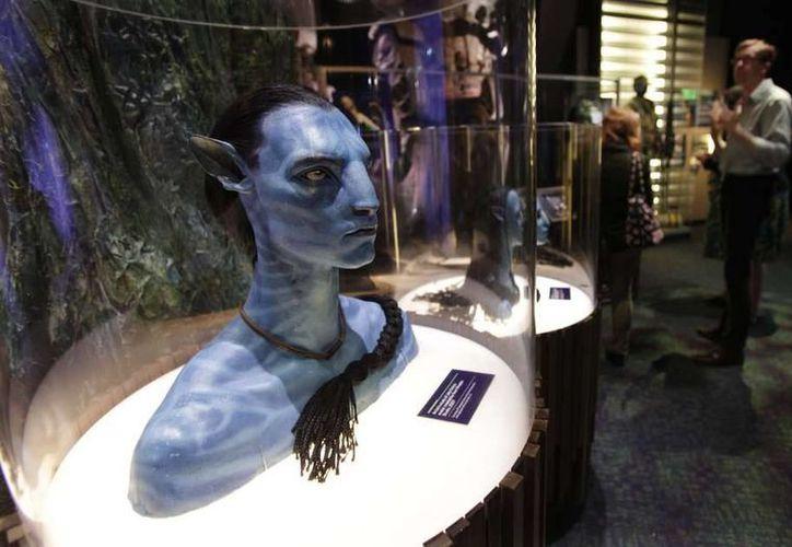 Antes de que regresen a Pandora, los cinéfilos podrán visitar el exótico mundo alienígeno de 'Avatar' en sus teléfonos inteligentes.  Imagen de contexto de una figura del avatar de Jake Sully en el Experience Music Project en Seattle. (AP Foto/Ted S. Warren, Archivo)