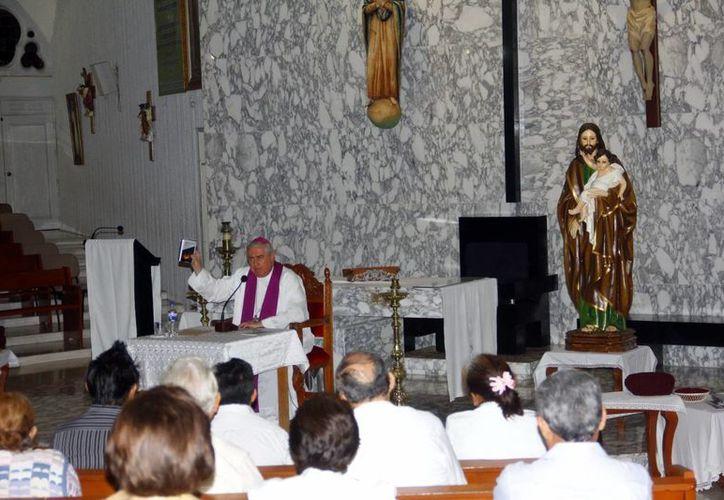 El Arzobispo de Mérida, Emilio Carlos Berlie Belaunzarán, durante una de las pláticas cuaresmales. (Juan Albornoz/SIPSE)