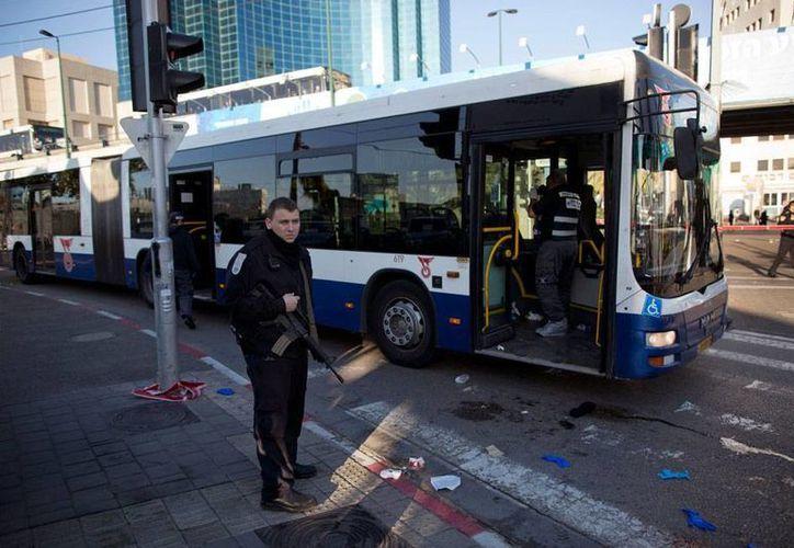 Un palestino irrumpió, arma blanca en mano, en un autobús de pasajeros en Tel Aviv y apuñaló a 11 personas. (AP)