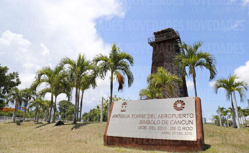 Evocando esos años felices, Ramos Hernández le propuso  construir una réplica de la vieja torre de control. (Foto: Jesús Tijerina)