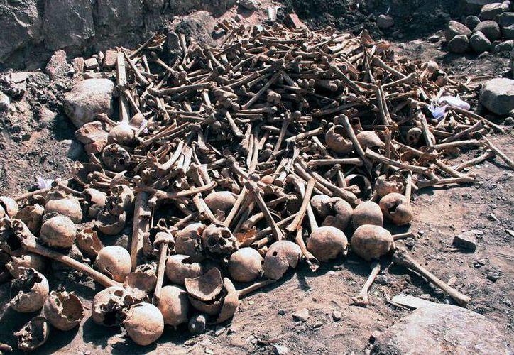 Los 500 cráneos encontrados hasta ahora por albañiles, a los pies de la mina de Cerro Rico, en Potosí, Bolivia, permanecen apilados en espera de la llegada de los expertos. (AP)