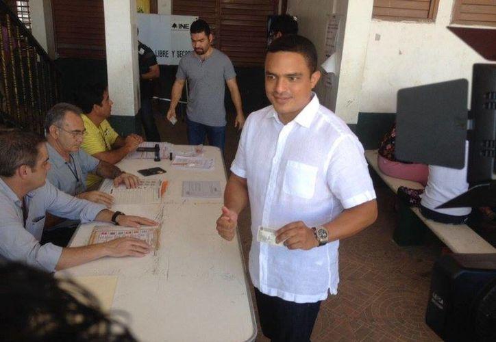 El diputado federal, Raymundo King de la Rosa, olvidó su credencial cuando llegó a las casillas. (Harold Alcocer/SIPSE)