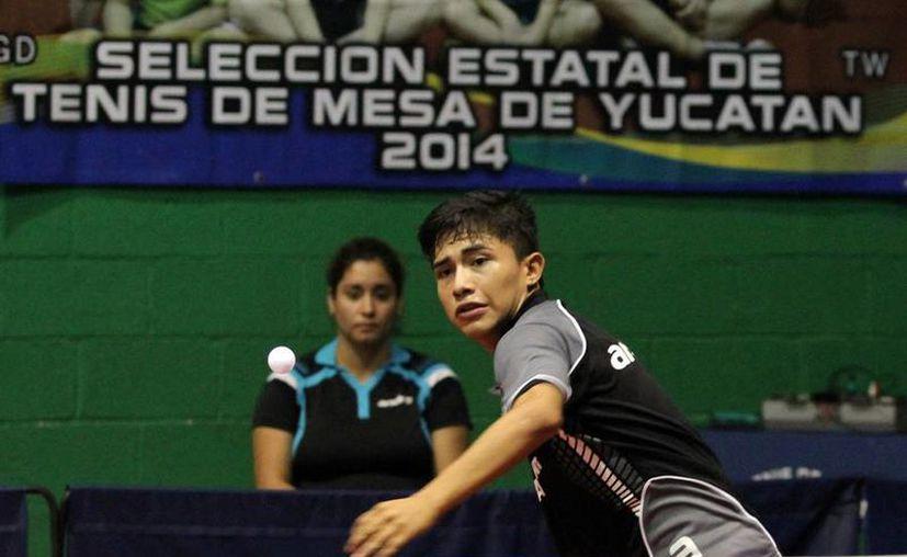 Yucatán consiguió dos plazas en la Selección Mayor de Tenis que participará en diversos eventos internacionales el próximo año, al finalizar este domingo el selectivo de Primera Fuerza. En la imagen,  Ricardo Villa Can quien obtuvo uno de los boletos. (SIPSE)