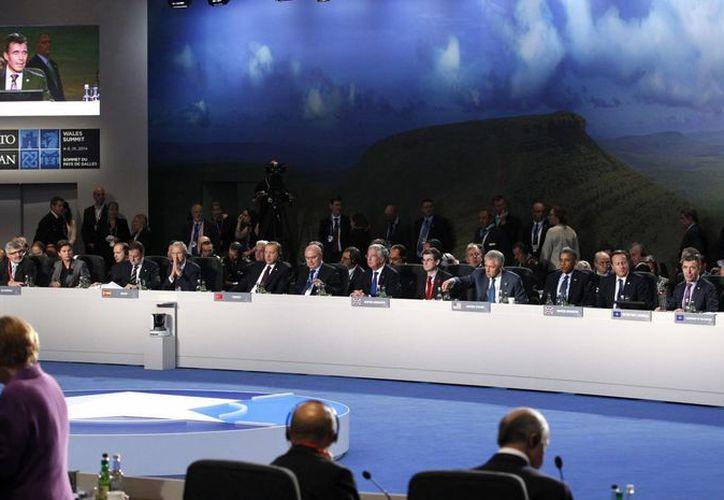 Los mandatarios asistentes a la segunda jornada y ultima jornada de la cumbre bianueal de la OTAN donde se aprobó la creación de la fuerza multinacional de acción inmediata. (EFE)