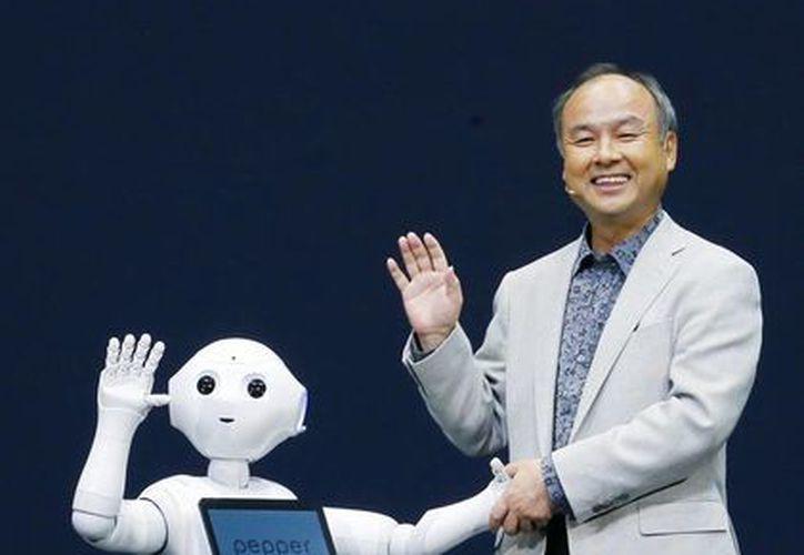 El presidente de Softbank Corp. Masayoshi Son, a la derecha, y el nuevo robot llamado Pepper durante un evento de prensa en Urayasu, cerca de Tokio. (Agencias)