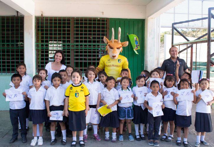 Los pequeños están motivados por ir al partido de futbol. (Novedades Yucatán)