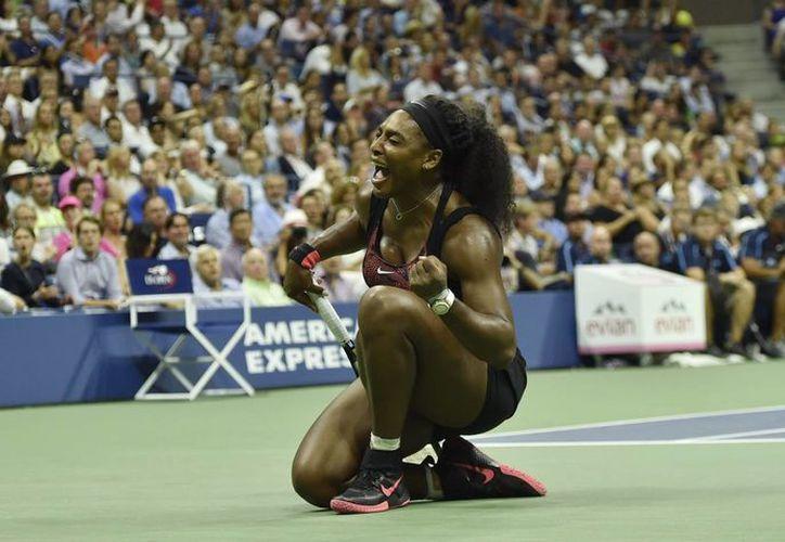 Las semifinales de la rama femenil del Abierto de Estados Unidos, que se debían jugar este jueves, se jugarán este viernes junto con las varoniles debido a la lluvia. En la foto, la estadounidense Serena Williams tras vencer a su hermana Venus Williams en cuartos de final. (EFE)