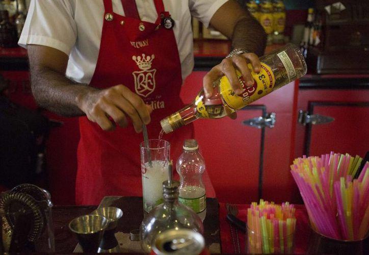 Un barman prepara un mojito con ron Havana Club en el bar Floridita de La Habana, Cuba. (Agencias)