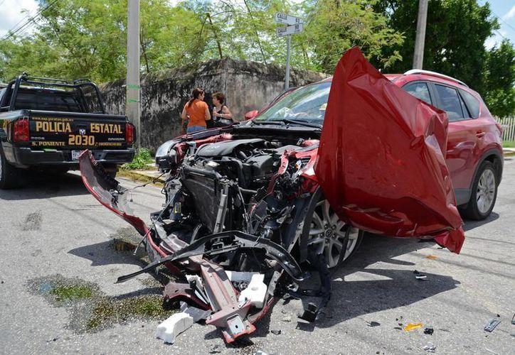 La conductora de la camioneta CX5 se llevó el susto de su vida al protagonizar tremendo choque en el cruce de las calles 63 con 90 de Mérida. (Milenio Novedades)