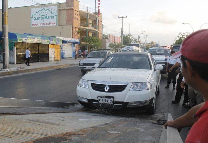 El sujeto con una pistola huyó a bordo del Renaul Scala, blanco, placas de circulación MTS-79-65, del Estado de México. (Redacción/SIPSE)