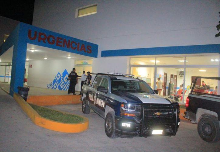 Familiares y testigos de los hechos subieron al lesionado a un auto y lo llevaron de emergencia al hospital. (SIPSE)