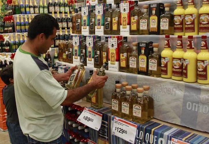 Ingerir alcohol en cantidades excesivas puede dañar directamente el corazón y aumentar la presión arterial. (Archivo/ Milenio Novedades)