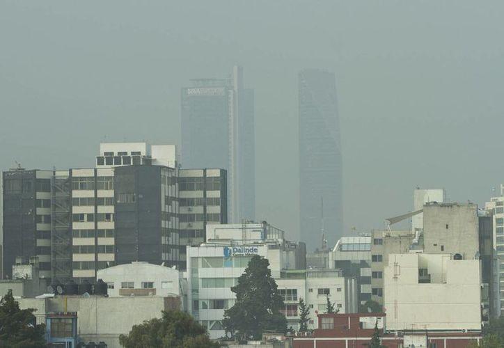 Este sábado, la calidad del aire es mala en cuatro de las cinco zonas que conforman el valle de México, al superar los 100 puntos de partículas suspendidas, informó la Dirección de Monitoreo Atmosférico.- (Notimex)