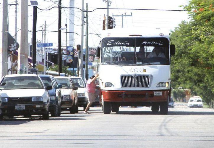 Los autobuses son el medio que utilizan miles de yucatecos para acudir a sus centros de trabajo. (Milenio Novedades)
