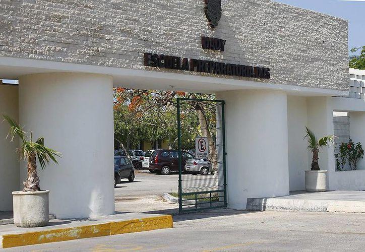 Fotografía de la fachada de la Preparatoria Dos de la Universidad Autónoma de Yucatán. (Milenio Novedades)