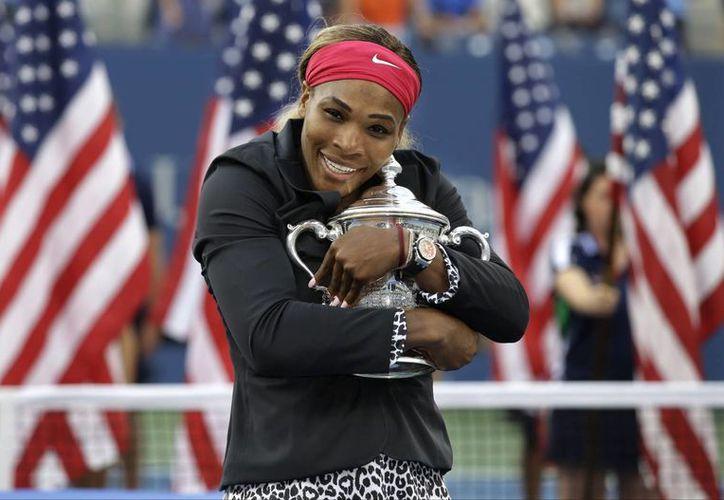 Serena Williams abraza el trofeo que obtuvo este domingo la final femenil del US Open 2014. (AP)