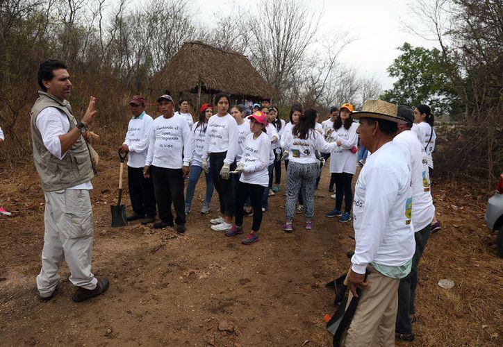 Estudiantes, directivos de un fundación y burócratas limpiaron el cenote Xpakay, en Tekit, Yucatán: sacaron 700 kilos de basura. (Cortesía)