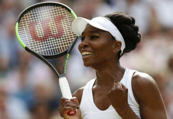 La estadounidense Venus Williams acabó hoy con el sueño de la británica Johanna Konta. (AFP).