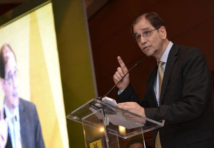 Con el gobierno, diálogo sí, pero pacto no, declaró Agustín Basave, nuevo presidente nacional del PRD. (Notimex)