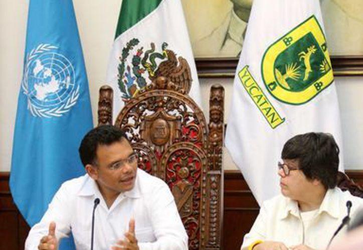 El convenio fue signado por el gobernador Rolando Zapata Bello y la representante del PNUD, Marcia de Castro Montero. (Agencias)
