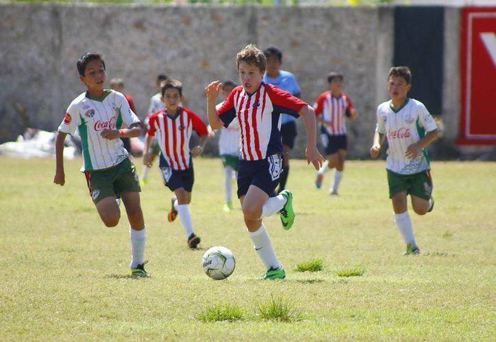 FC Itzaes no tuvo piedad y terminó arrollando 7-0 al Colegio Montejo en Infantil Mayor, ayer en semifinales. (SIPSE)