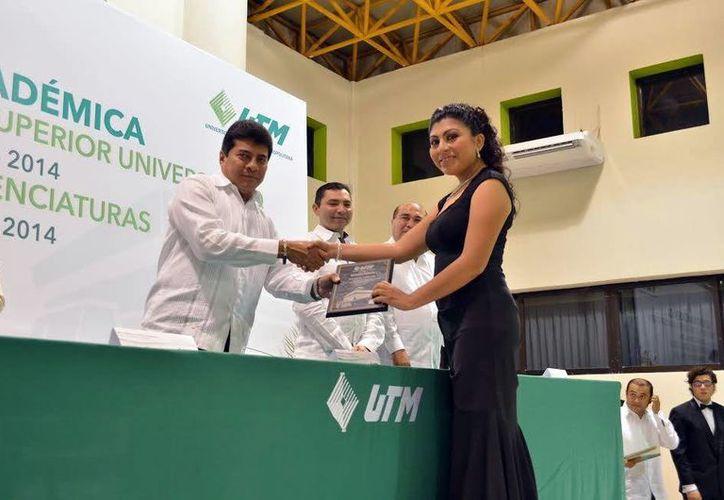 En la ceremonia se entregaron reconocimientos a los alumnos más sobresalientes. (Milenio Novedades)