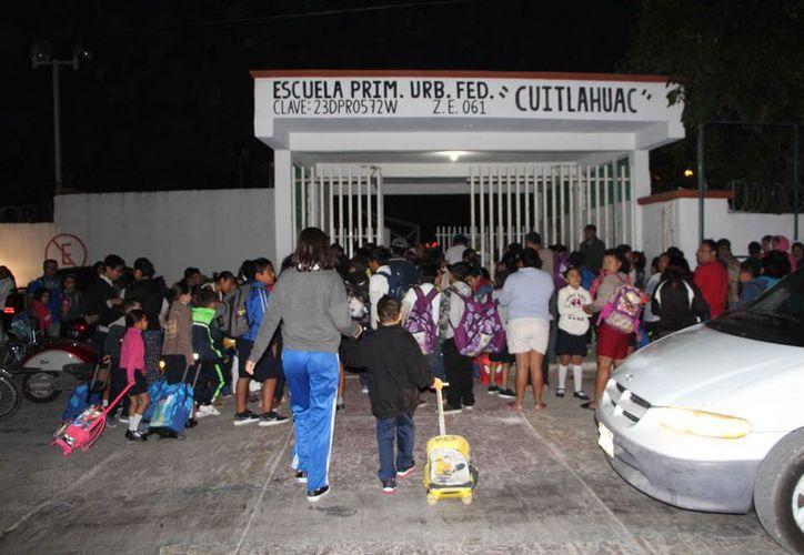 Piden a los directores no cerrar la reja a los alumnos que llegan con retraso. (Paola Chiomante/SIPSE)