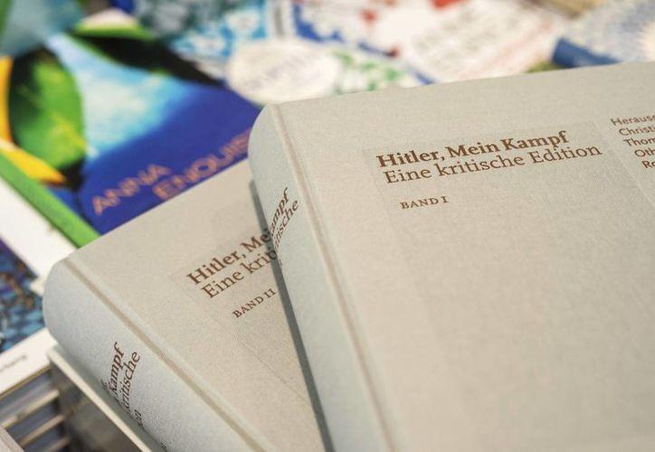 """Imagen de copias de la edición crítica de """"Hitler, Mein Kampf"""" (Mi Lucha) son expuestos sobre una mesa durante una rueda de prensa en Múnich, Alemania. (EFE)"""