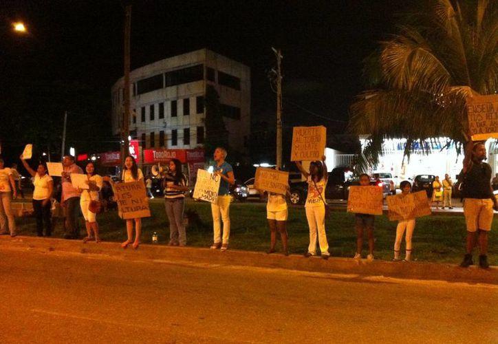 Una comitiva de 20 personas se manifestó por espacio de dos horas a las afueras de la Plaza de Toros de Cancún. (Rafael Pérez/SIPSE)
