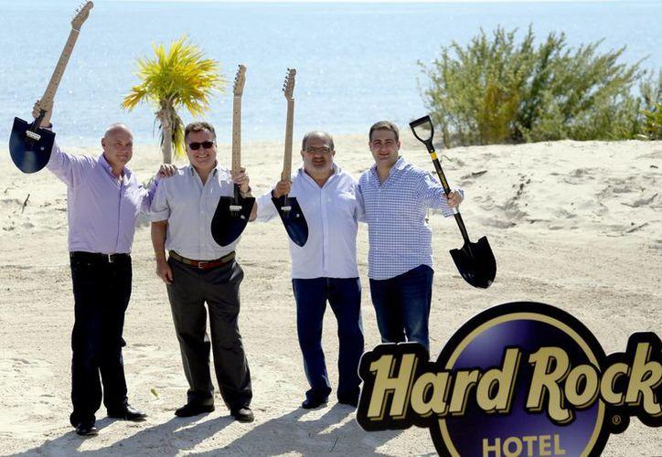 El directivo hotelero indicó que el hotel se edificará en 900 metros de frente al mar por 80 de fondo. (Israel Leal/SIPSE)