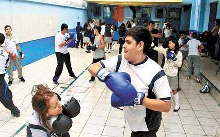 De alumnos más 'broncudos' de la Telesecundaria 91 se aprovecha su 'necesidad de golpear' para entrenarlos en el boxeo. (Milenio)