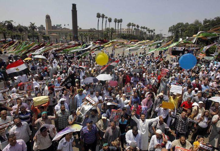 Las manifestaciones de apoyo hacia Morsi no cesan, pese a que esta semana 50 seguidores suyos murieron al chocar contra militares. (Agencias)