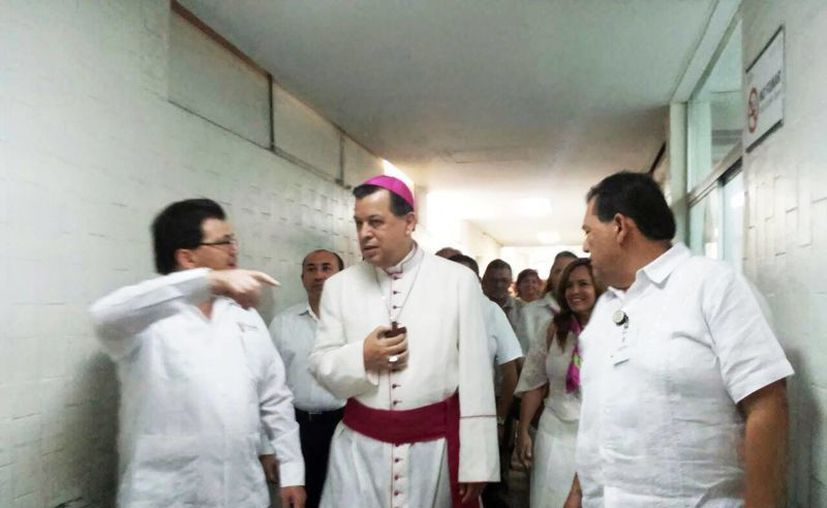 El Arzobispo de Yucatán estuvo acompañado del secretario de Salud, Jorge Mendoza Mézquita, y el director del recinto, Enrique Espadas Villajuana, durante su recorrido por el hospital. (Cecilia Ricárdez/SIPSE)