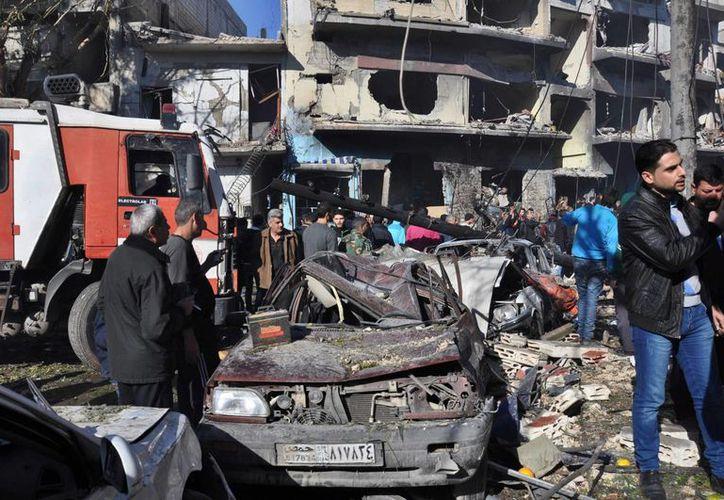 Muertos y heridos por el estallido de un coche bomba en un barrio de Homs, informó el Observatorio Sirio de Derechos Humanos. Imagen del lugar de la explosión. (EFE)